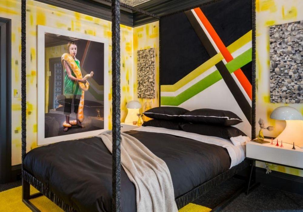 غرفة نوم داكنة للشباب مع تصميم عصري